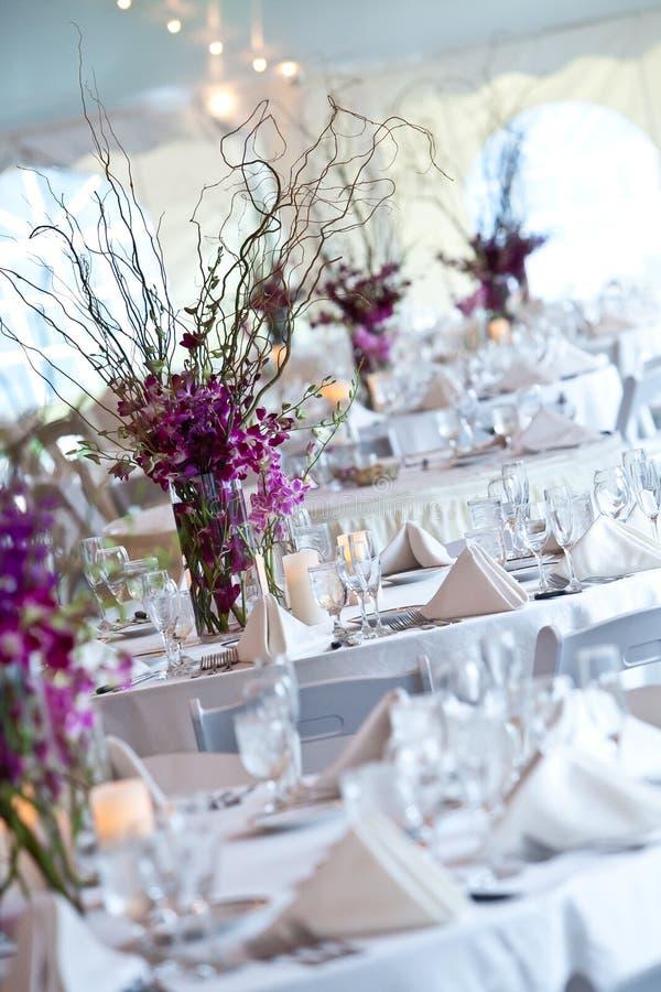 Tables de mariage mises pour diner fin photographie stock libre de droits