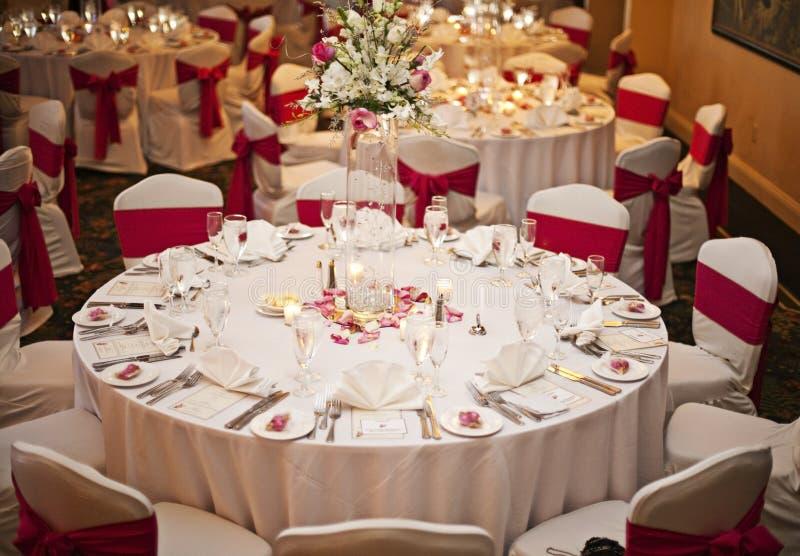 Tables de réception de mariage photo libre de droits