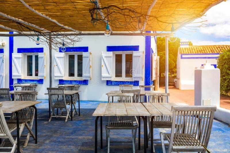 Tables de restaurant avec des chaises sur la terrasse près de la plage du DA Rocha de Praia sur la côte de Portimao, Algarve, Por image libre de droits