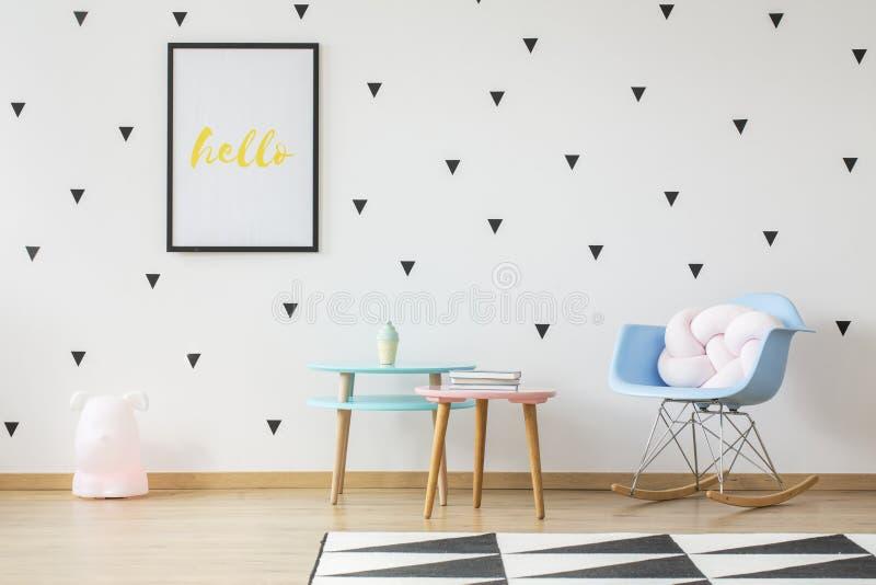 Tables en bois d'amusement, oreiller rose-clair dans un bleu layette basculant Chai images stock