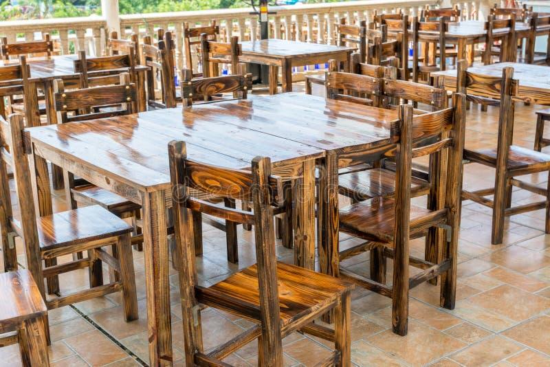 Tables et chaise en bois de style chinois au restaurant ou au bar photo libre de droits