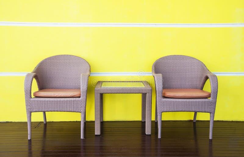 Tables et chaises de rotins images stock