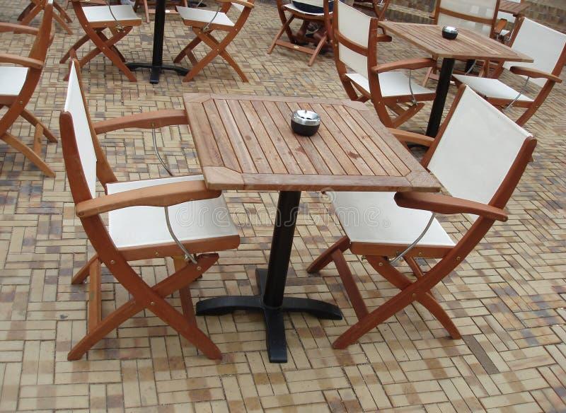 Tables et présidences de Café images stock
