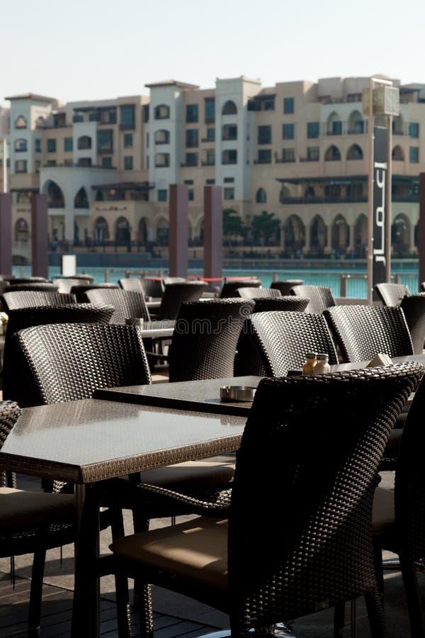 Tables extérieures de restaurant photo stock