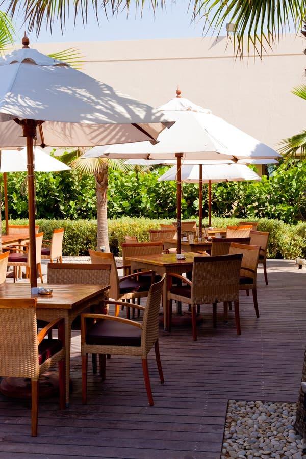 Tables extérieures de restaurant photo libre de droits