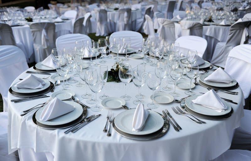 Tables rondes pour un banquet de mariage photographie stock