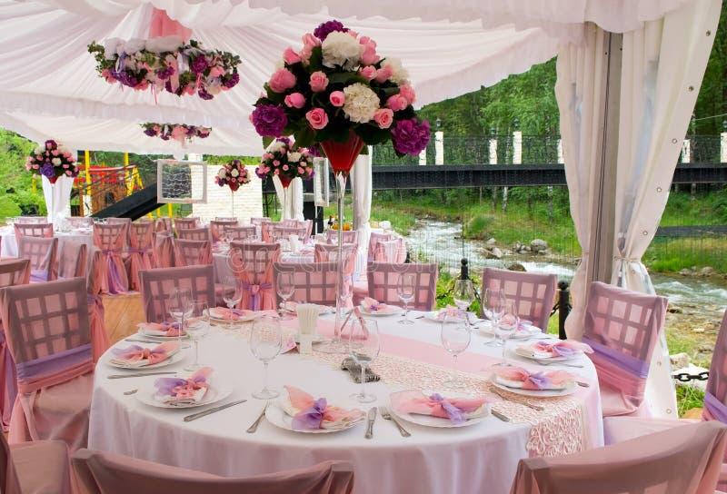 Tables roses dans le restaurant extérieur image libre de droits