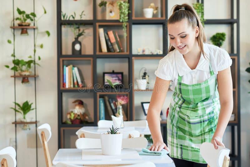 Tables servantes de femme dans le cafétéria photographie stock