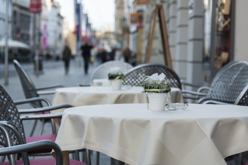 Tables vides sur la rue photographie stock libre de droits