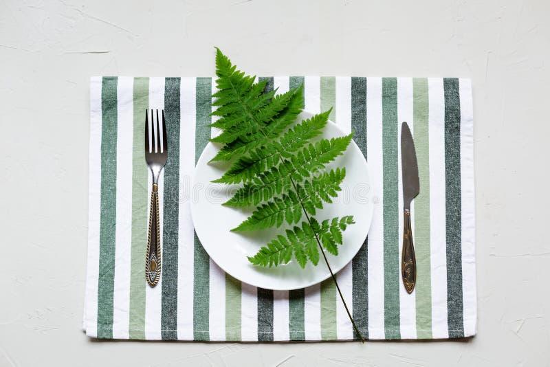 Tablesetting στα άσπρα και πράσινα χρώματα διακοπές στοκ φωτογραφίες με δικαίωμα ελεύθερης χρήσης