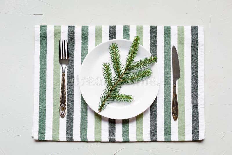 Tablesetting στα άσπρα και πράσινα χρώματα διακοπές στοκ φωτογραφίες
