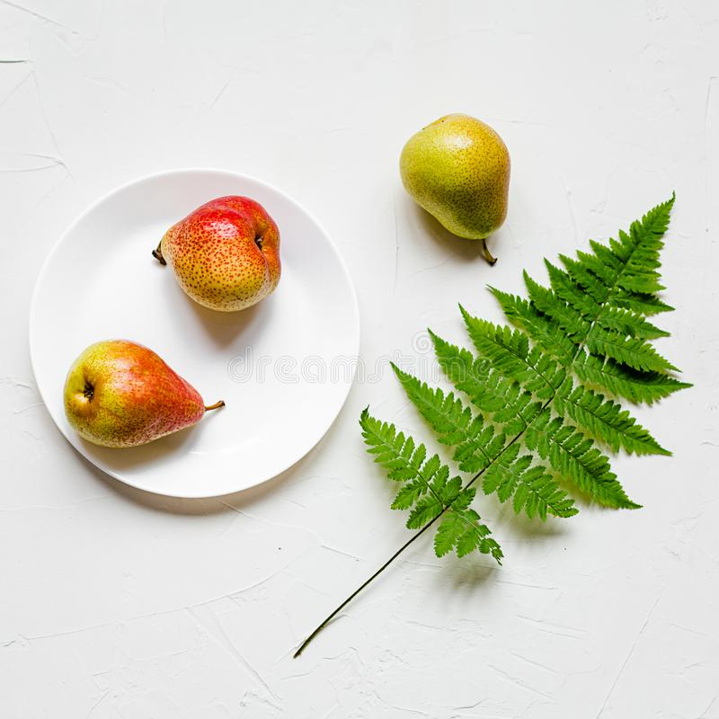 Tablesetting στα άσπρα και πράσινα χρώματα διακοπές στοκ φωτογραφία