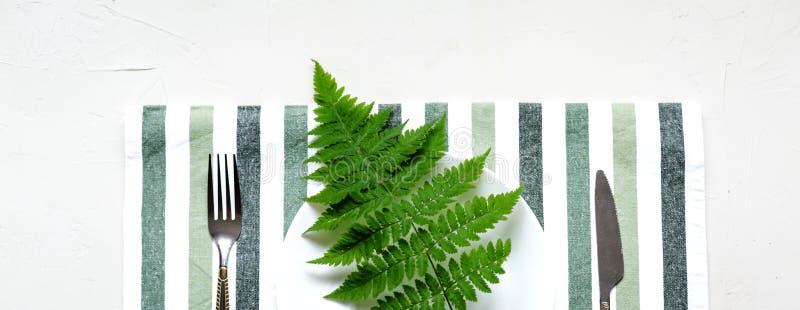 Tablesetting στα άσπρα και πράσινα χρώματα διακοπές στοκ εικόνα