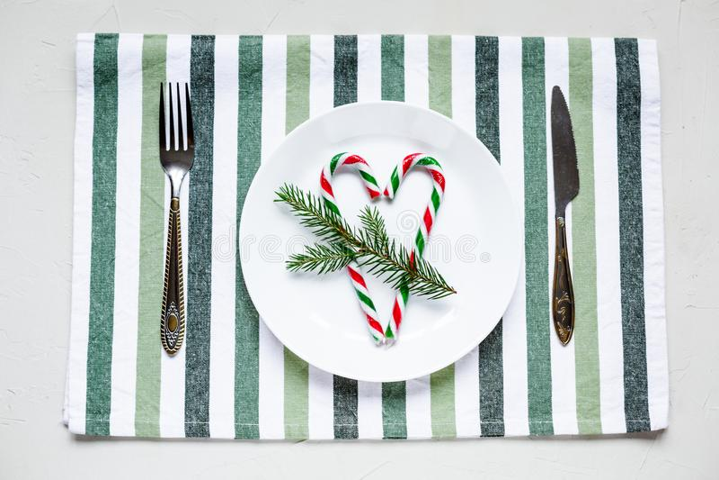 Tablesetting στα άσπρα και πράσινα χρώματα διακοπές στοκ εικόνες με δικαίωμα ελεύθερης χρήσης