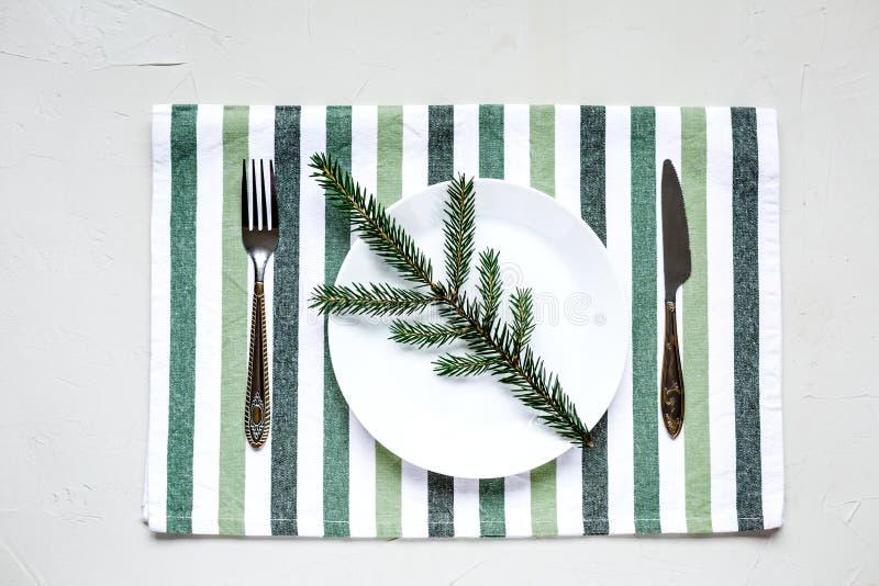 Tablesetting στα άσπρα και πράσινα χρώματα διακοπές στοκ φωτογραφία με δικαίωμα ελεύθερης χρήσης
