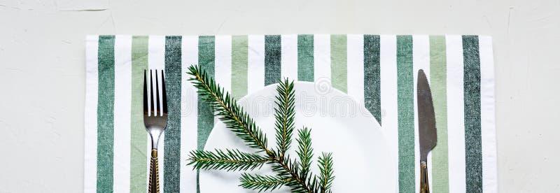 Tablesetting στα άσπρα και πράσινα χρώματα διακοπές στοκ εικόνες