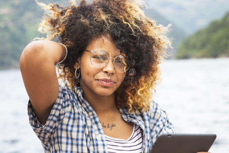 tablet детеныши женщины стоковая фотография rf