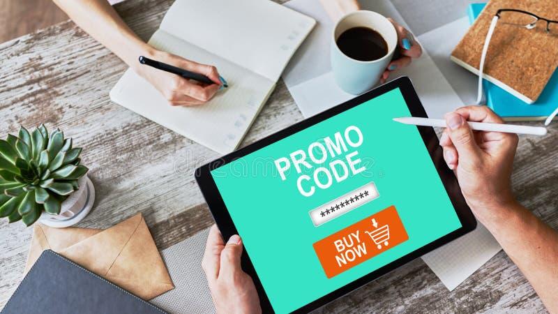 Tablet avec champ de code promo à l'écran Commerce électronique, concept de marketing mobile image libre de droits