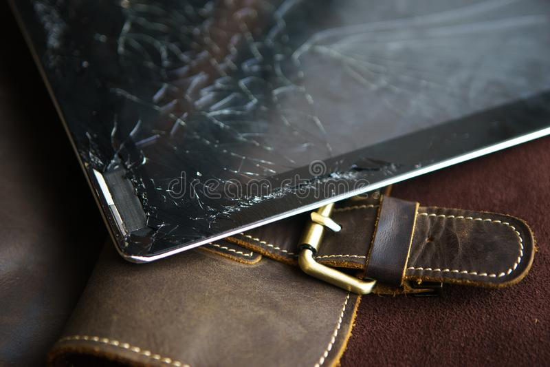 Tablet-Computer mit defektem Glasschirm stockbilder