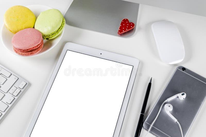 Tablet-Computer PC mit Spott des leeren Bildschirms herauf Geschäftsbürotisch Tablet-Computer-Weißschirm Tablettenweißschirm lizenzfreies stockfoto