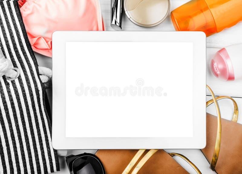 Tablet-Computer-und Strand-Einzelteil-Stillleben stockbild