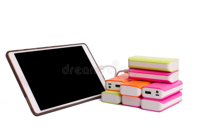 Tablet, das mit Energiebank Batterie auflädt stockbild