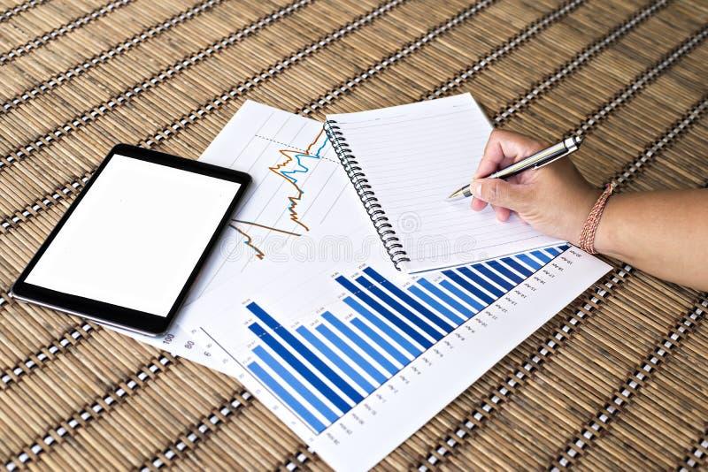 Tablet en witte nota met financiële documenten royalty-vrije stock fotografie