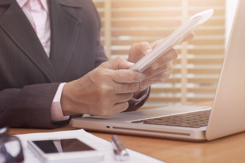 tablet för affärsdator genom att använda kvinnan arkivbild