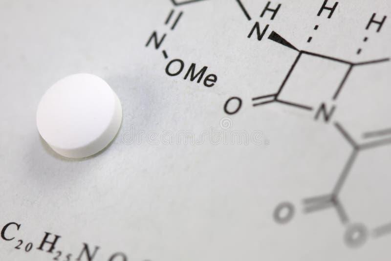 tablet för chemical formel fotografering för bildbyråer