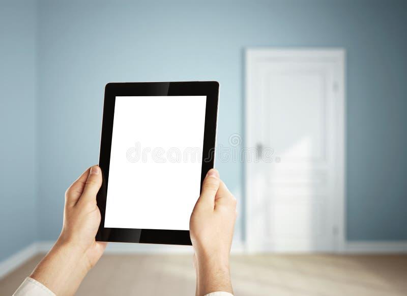 Tablet i grön lokal royaltyfri fotografi