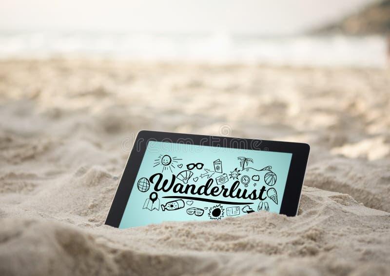 Tablet im Sand mit schwarzem Wanderlust kritzelt gegen blauen Hintergrund stock abbildung