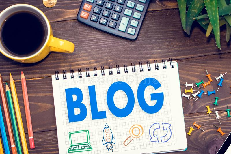 Tablet met de blog van het Webpictogram De home page van de bloggen, sociale technologie, het schrijven website royalty-vrije stock foto's