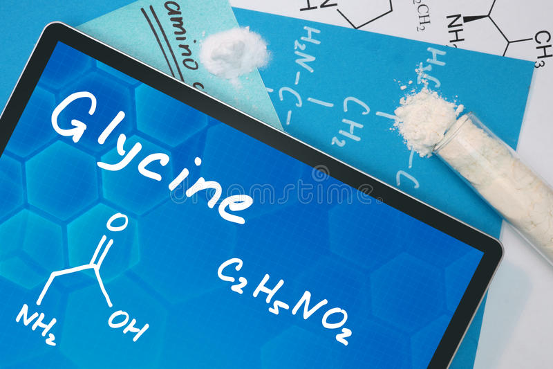Tablet met de chemische formule van Glycine stock foto's