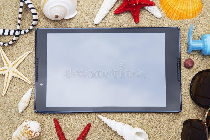 Tablet met de zeeschelpen royalty-vrije stock afbeeldingen