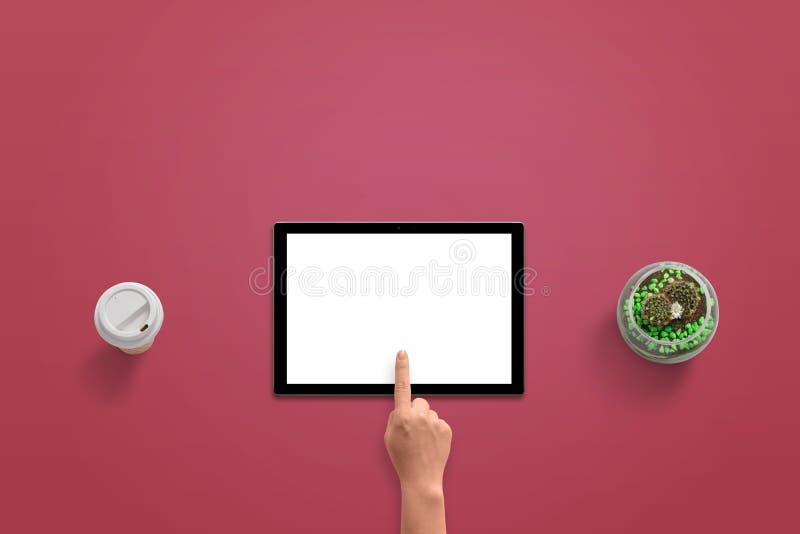 Tablet met geïsoleerde witte vertoning voor model Het de aanrakingsscherm van de vrouwenhand royalty-vrije stock fotografie