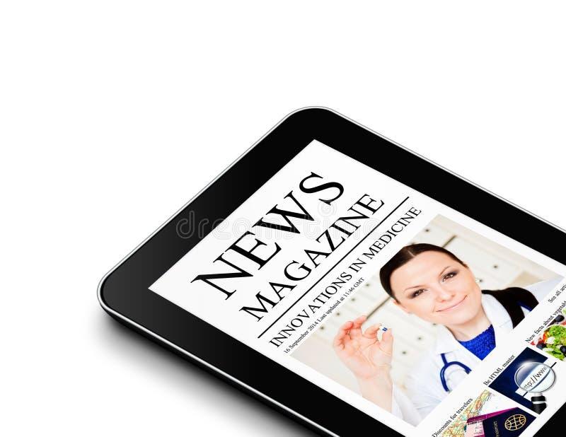 Tablet mit der nwes Zeitschriftenseite lokalisiert über Weiß lizenzfreies stockbild