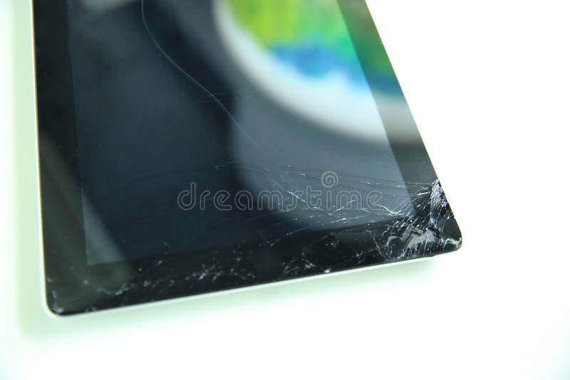Tablet mit einem defekten Glasschirm stockbilder