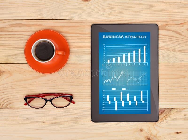 Tablet mit Geschäftsstrategie lizenzfreie stockfotos