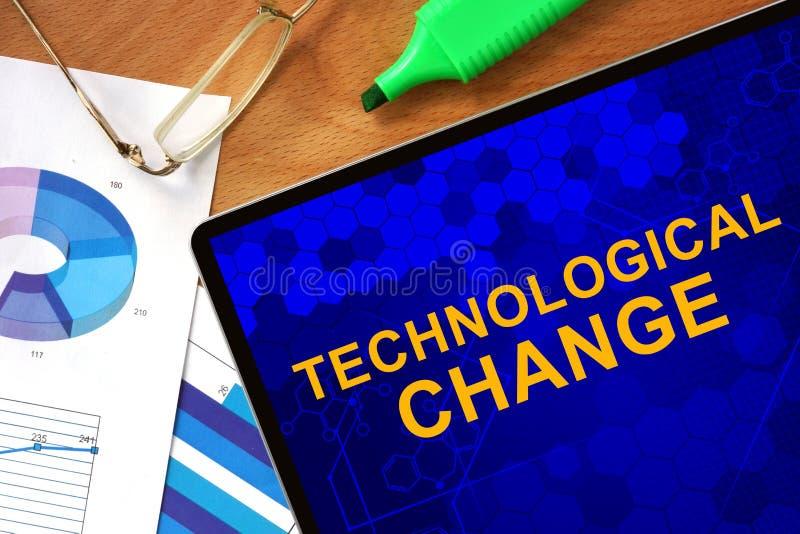 Tablet mit technologischer Veränderung und Diagrammen stockfoto