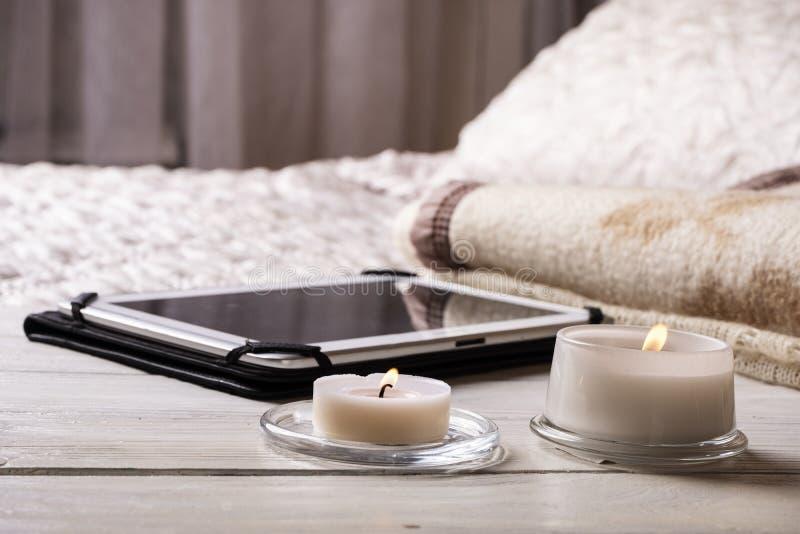 Tablet op houten bedlijst in de slaapkamer Thuis het werken stock foto