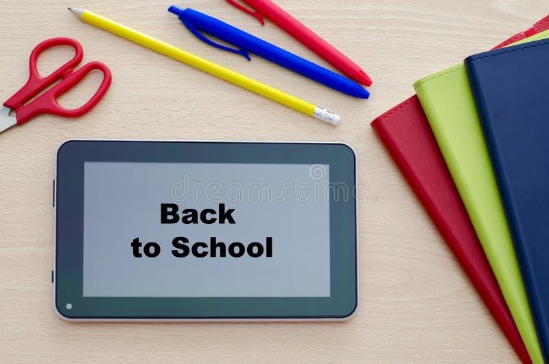 Tablet-PC auf einem Klassenzimmer-Schreibtisch Zur?ck zu Schule-Konzept lizenzfreie stockfotografie