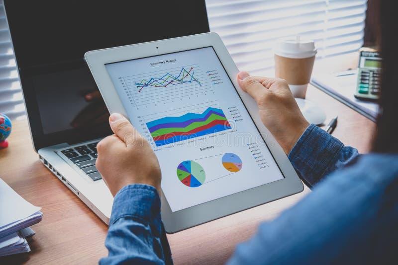Tablet pc com dados financeiros imagens de stock royalty free