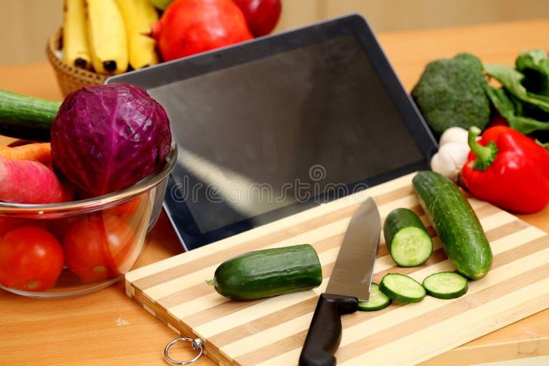 Tablet pc com vegetais fotografia de stock royalty free