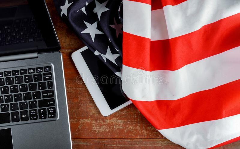 Tablet-PC-Computer an der amerikanischen Flagge, an der Technologie, am Patriotismus, am Jahrestag, an den Nationalfeiertagen und stockfotos