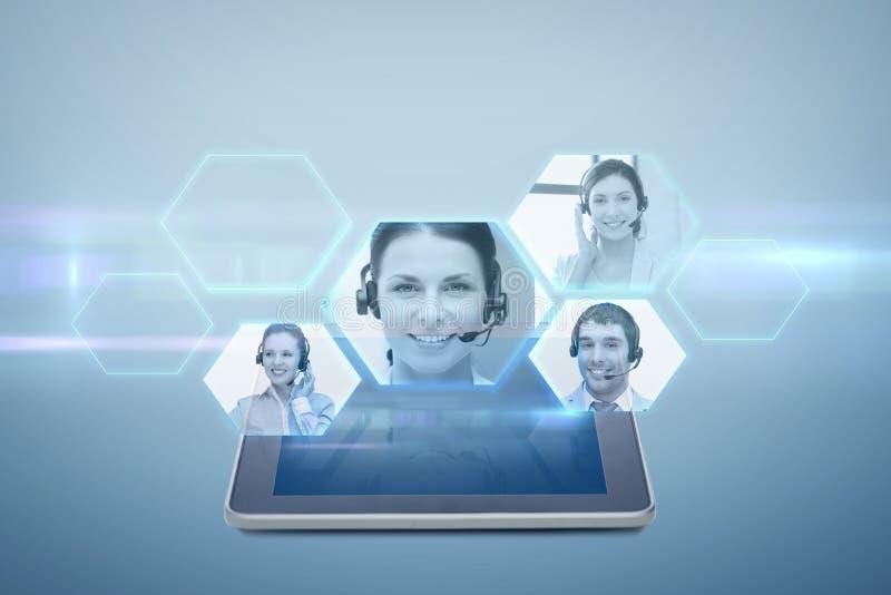 Tablet-PC-Computer mit Videochatprojektion lizenzfreie abbildung