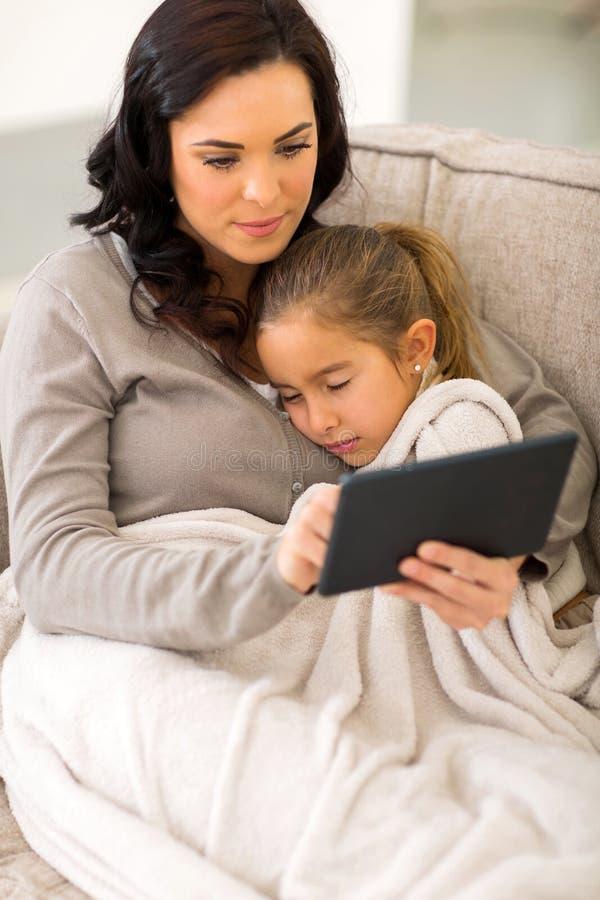Tablet pc da mulher imagem de stock royalty free