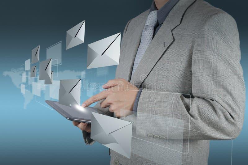 Tablet pc do uso da mão com ícone do email fotos de stock