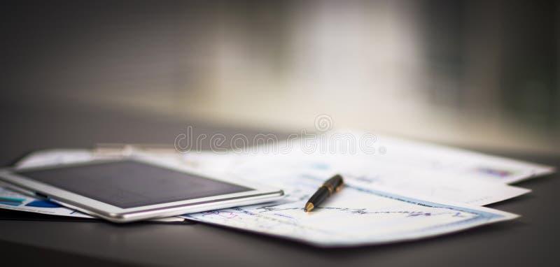 Tablet pc e cartas financeiras fotografia de stock royalty free