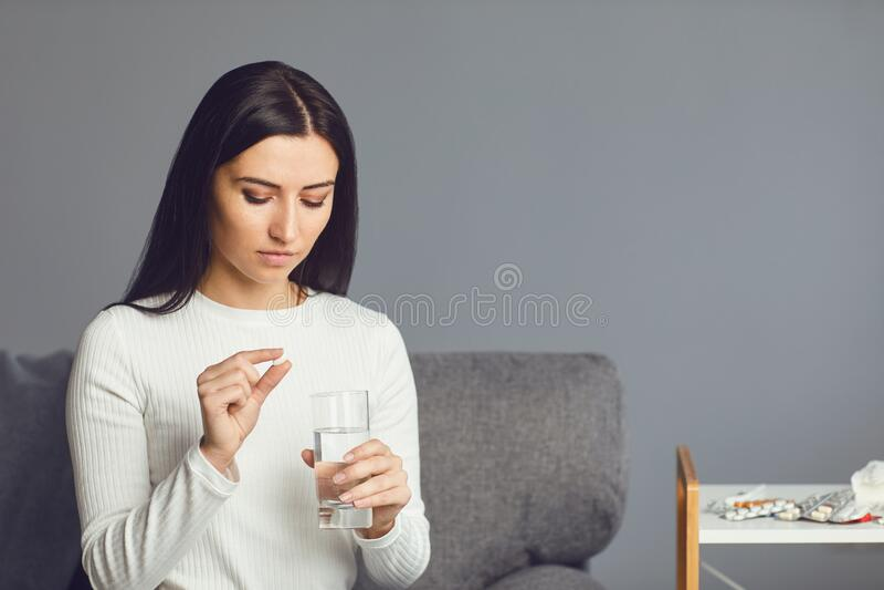 Tablet PC för flickan i rummet Koncept virus, kallpiller, sjuka influensa, huvudvärk arkivbild