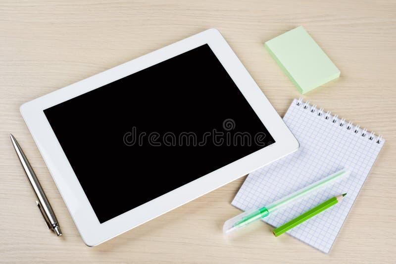 Tablet-PC mit Anmerkungen, Stift und pensils auf Tischplatte lizenzfreies stockfoto